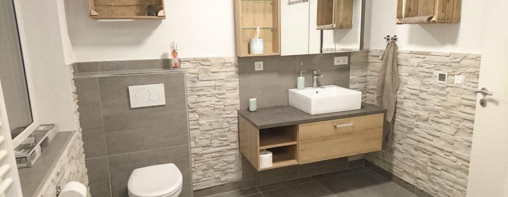 Modernes Bad mit ebenerdiger barrierefreier Dusche im Ferienhaus in Delbrück-Boke